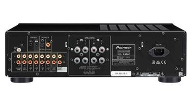 Určitě potěší dostatek vstupů: k dipozici je pět analogových vstupů linkových a jeden pro gramofon s MM přenoskou. Nechybí také dva digitální vstupy – optický a koaxiální.