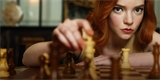 Dámský gambit: ženskou perspektivou nahlížená hra v šachy trhá rekordy na Netflixu [recenze]