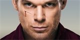 Už je jasné, kdy se vrátí slavný seriálový vrah Dexter. Pusťte si plný trailer na Novou krev