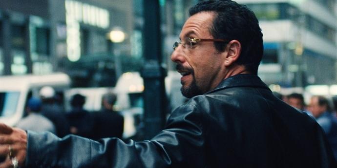 Drahokam: Adam Sandler v chaotickém víru špatných rozhodnutí [recenze filmu na Netflixu]